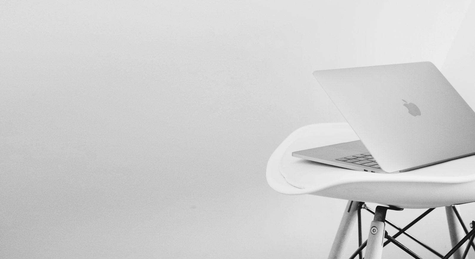 laptop op een stoel